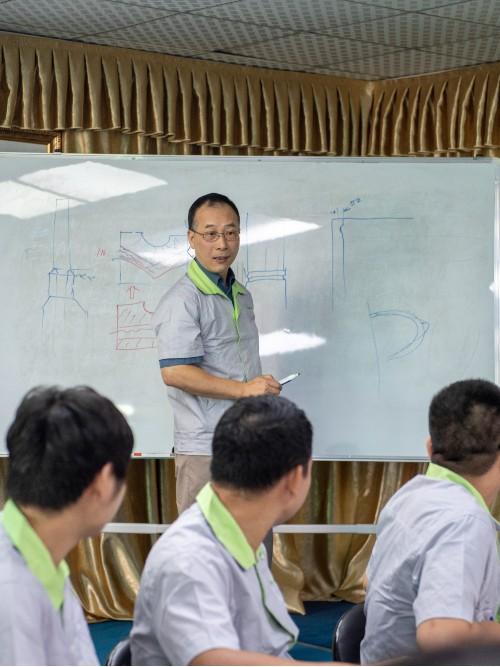 召开注塑模具厂工程技术讨论会议