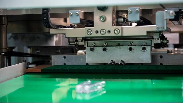 塑料吹塑机注塑模具加工原理